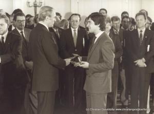"""01/1981 Ehrung """"Silbernes Lorbeerblatt"""" durch Bundespräsident Carsten für den Gewinn der Rallye WM 1980"""